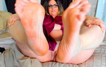 Mommy Says Rub Her Feet - Kates Kurves