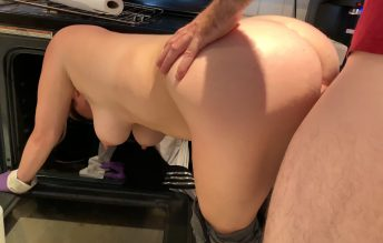 Mom Is Horny And Stuck In The Oven 2160p - Erin Electra