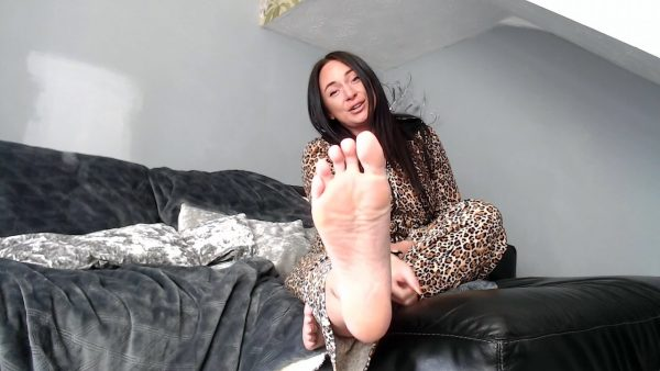 Under the bed foot freak 720p – Goddess Danielle Lace
