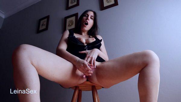 Leina Sex – Masturbacion Con Squirt en un Taburete